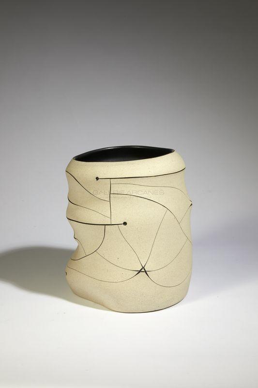 Gustavo Perez - Vase incisé blanc _ Galerie Arcanes l Arts Décoratifs XXe - Art Contemporain Paris
