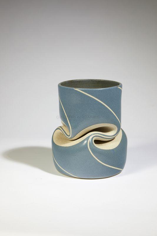Gustavo Perez - Vase plissé bleu _ Galerie Arcanes l Arts Décoratifs XXe - Art Contemporain Paris