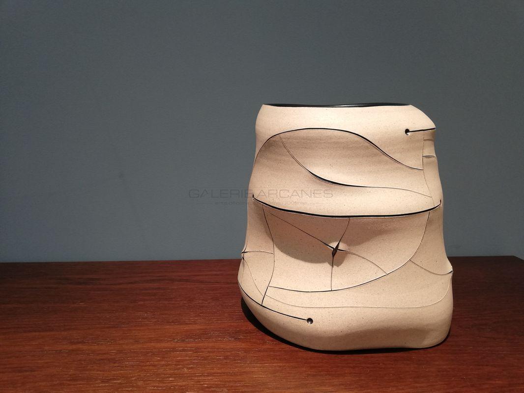 Gustavo Perez - Vase polymorphe décor abstrait incisé _ Galerie Arcanes l Arts Décoratifs XXe - Art Contemporain Paris