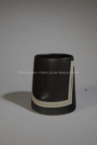 Vase seau émaillé noir, grès, 2002 | Gustavo Perez