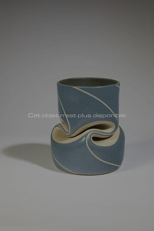 Non disponibles - Gustavo Perez - Vase plissé bleu _ Galerie Arcanes l Arts Décoratifs XXe - Art Contemporain Paris _ Galerie Arcanes l Arts Décoratifs XXe - Art Contemporain Paris