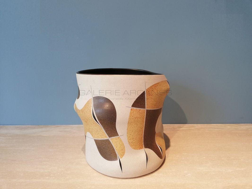 Gustavo-Perez-Vase-seau-panse-mouvementée-jaune-paille-et-gris-_-Galerie-Arcanes-l-Arts-Décoratifs-XXe-Art-Contemporain-Paris