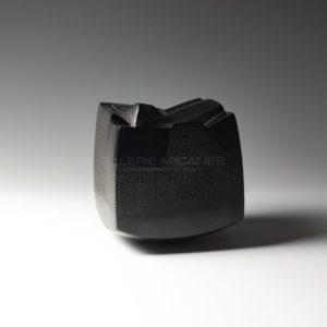 Contenir le vent «la 9-V», sculpture céramique à couverte noire | Brigitte Marionneau