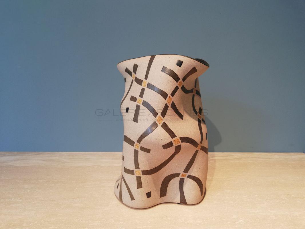 Gustavo-Perez-Haut-vase-polymorphe-émaillé-jaune-sable-et-gris_-Galerie-Arcanes-l-Arts-Décoratifs-XXe-Art-Contemporain-Paris
