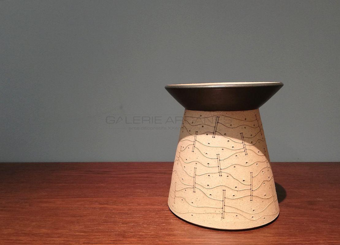 Gustavo-Perez-Vase-à-panse-diabolo-décor-incisé_-Galerie-Arcanes-l-Arts-Décoratifs-XXe-Art-Contemporain-Paris