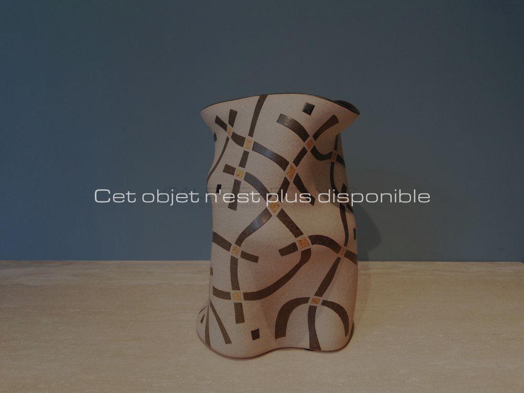 Gustavo-Perez-Haut-vase-polymorphe-émaillé-jaune-sable-et-gris_-Galerie-Arcanes-l-Arts-Décoratifs-XXe-Art-Contemporain-Paris.jpg