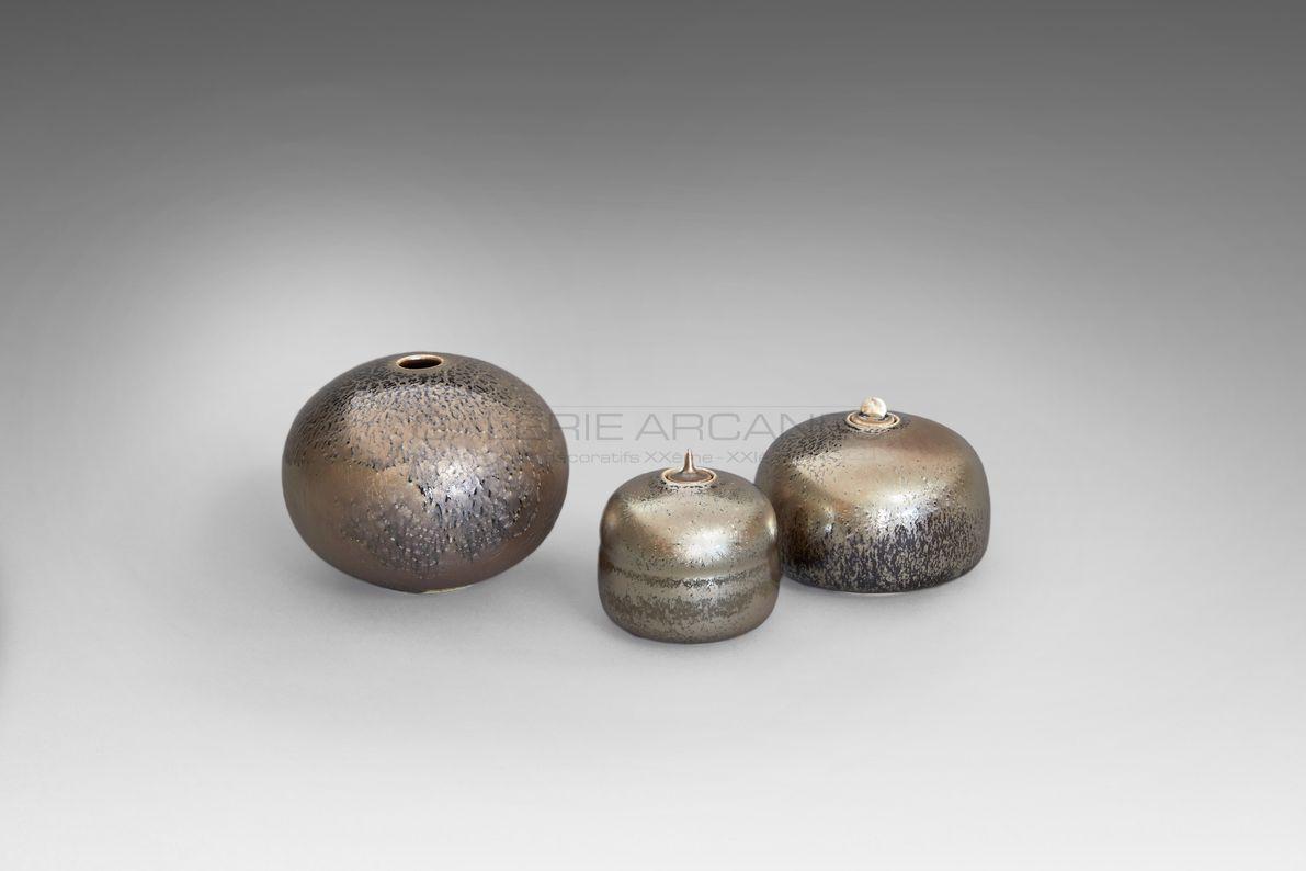 Hermans Valérie - Vase boule et boîtes bijou métallescentes étoilées bis_ Galerie Arcanes l Arts Décoratifs XXe - Art Contemporain Paris