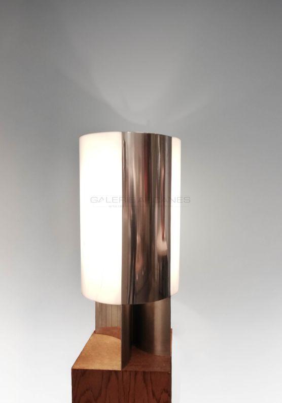 Quinet Jacques - Lampe en acier brossé et plexi_ Galerie Arcanes l Arts Décoratifs XXe - Art Contemporain Paris