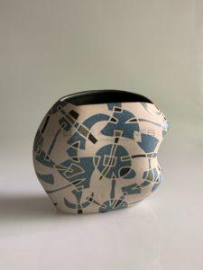 Vase en grès à décor géométrique émaillé bleu, 2013 | Gustavo Perez
