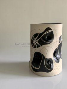 Vase polymorphe en grès, à décor incisé et déchiré, 2012 | Gustavo Perez